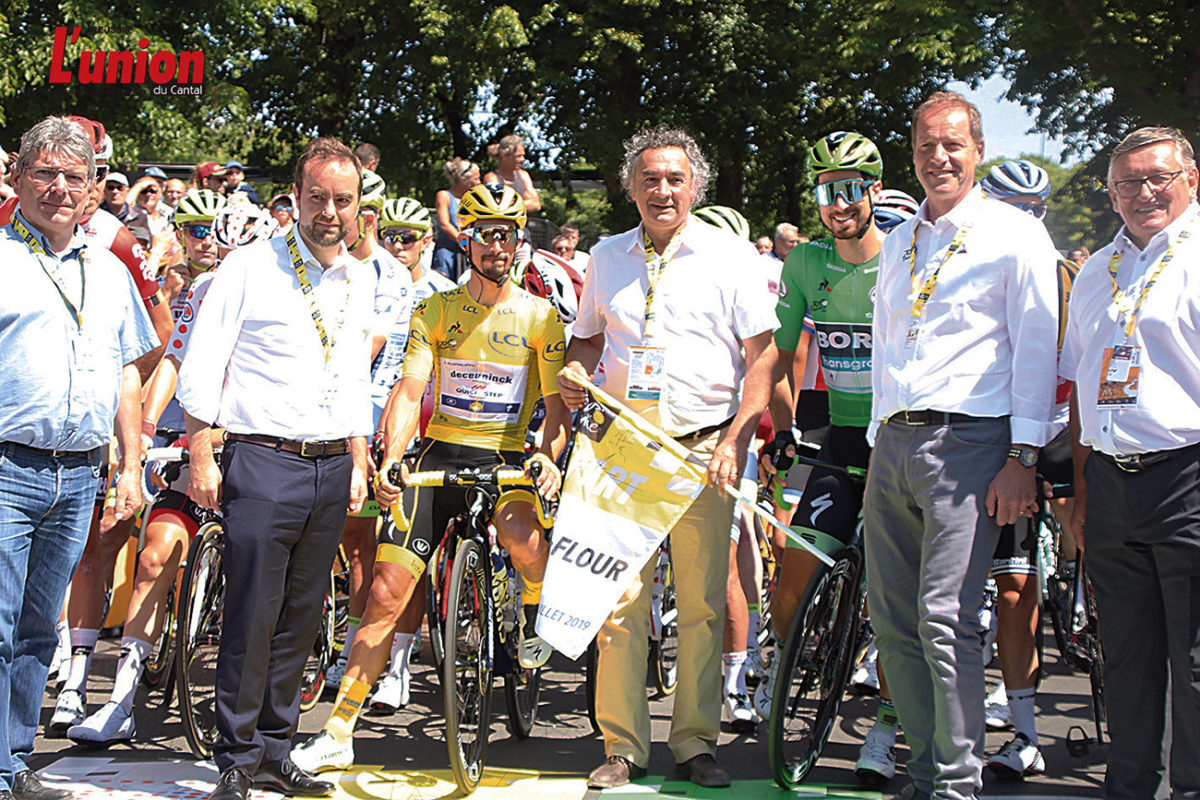 pIERRE jarlier DONNE LE D2PART DE LA 10E 2TAPE DU tOUR DE France à SAINT-FLOUR Depart du Tour de France - Photos l'Union du Cantal
